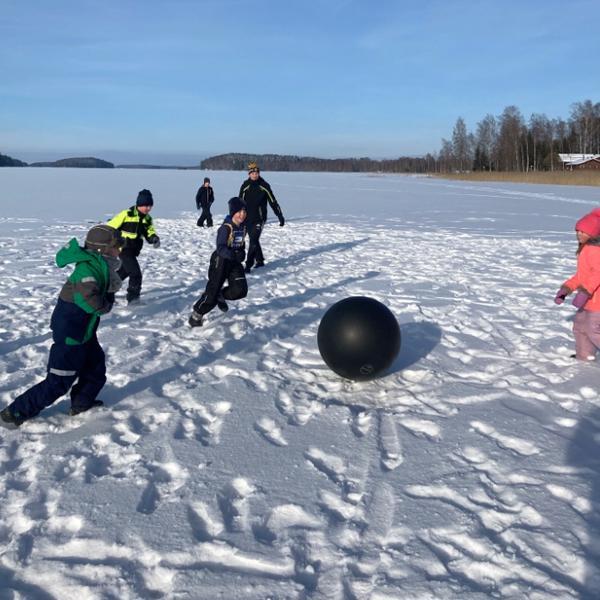 Talviliikuntaa järven jäällä, kuva Sami Karvonen.