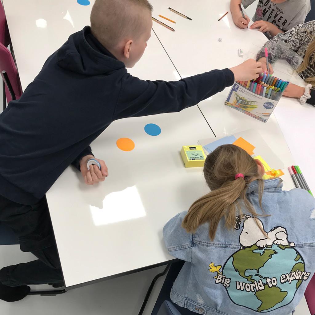 Lapset piirtävät askartelukurssilla.